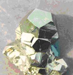 Кристалл пирита (сернистого колчедана, FeS2) имеет форму додекаэдра.